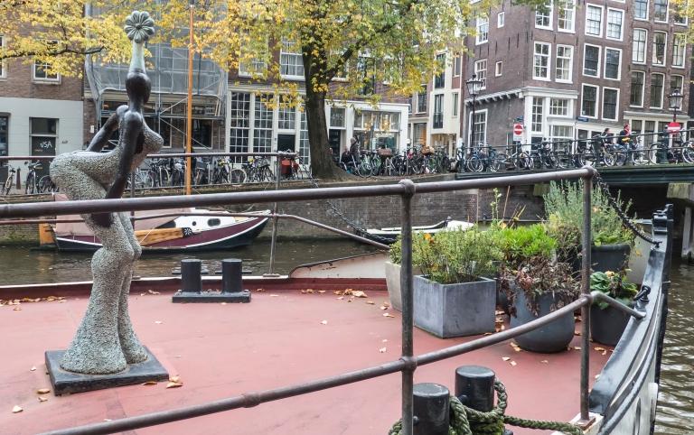 """Diese """"African Queen"""" ziert mit weiteren Skulpturen das Deck eines Hausbootes"""